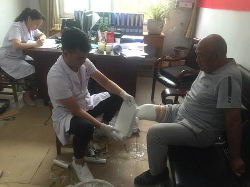 图为图为汝州市为24名贫困肢体残疾人免费假肢矫形器适配取型