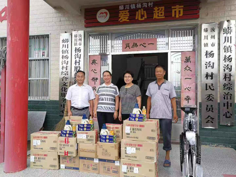 """汝州市政协领导带领残联负责人为贫困户送""""清凉"""""""