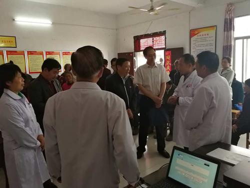 图为:省督导组在陈店镇大刘庄村残疾人证办理现场