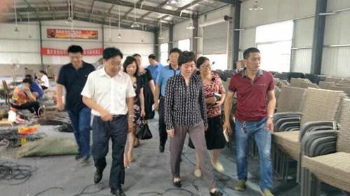 图为:王丽理事长实地察看产业发展带动贫困残疾人情况