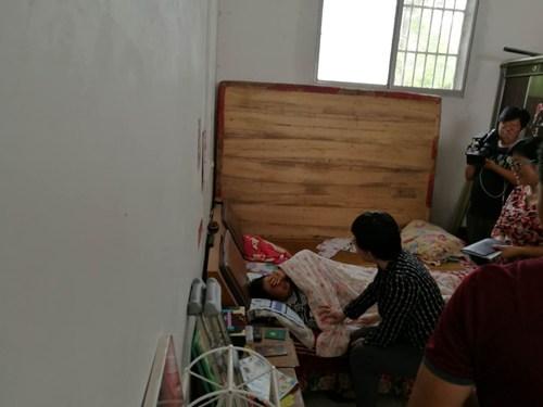 图为:王丽理事长深入贫困残疾人家中了解待遇落实及家庭生产生活情况