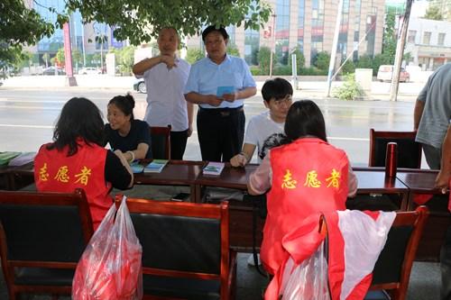 图为:李浩理事长陪同县政府分管领导鞠守营