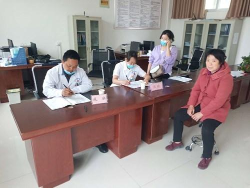 图为原阳县残联和原阳县中医院医生为残疾人上门办理残疾人证