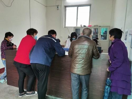 图为县残联工作人员按照残疾人证办证流程办理相关手续