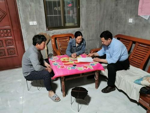 图为延津县聂理事长驱车来到所帮扶的东屯镇大王庄村进行入户走访调查