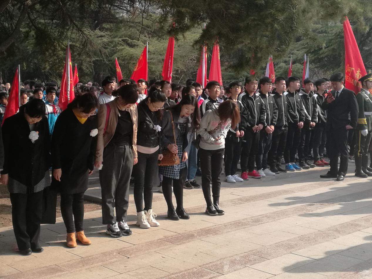 红旗区残联开展清明祭英烈活动