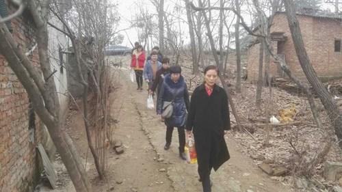 图为信阳市残联春节前走访慰问贫困残疾人
