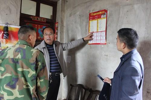 图为残联理事长姜振宇抽查贫困户对扶贫政策知晓情况