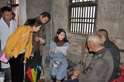图为漯河市残联工作人员登记残疾人基本信息