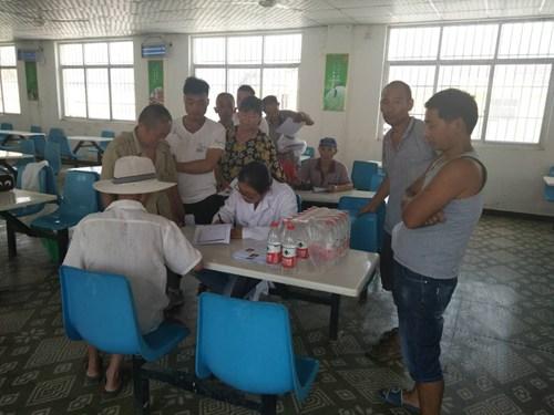 图为漯河市召陵区残联带领医生为建档立卡贫困残疾人办理残疾证