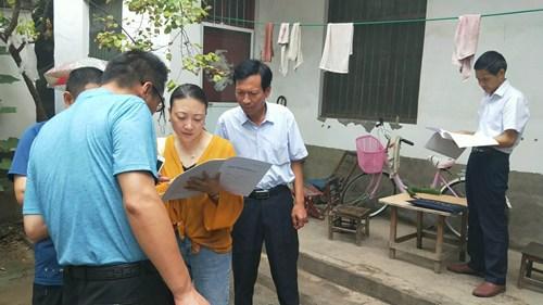 图为市残联党组成员、副理事长杨保录带队赴临颍县进行入户调查