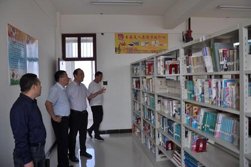 图为参观残疾儿童阅览室