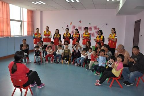 图为康复老师带领孩子们一起做《我的好妈妈》手指操