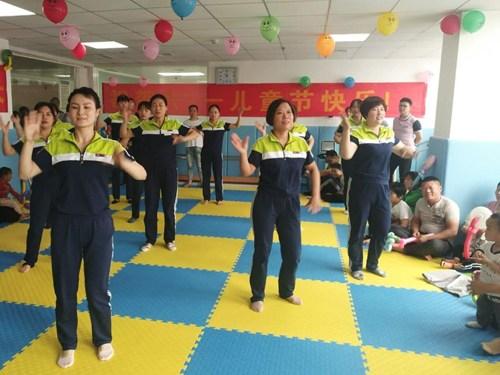 图为县妇幼保健院医生、护士为小朋友们表演舞蹈《c哩c哩》