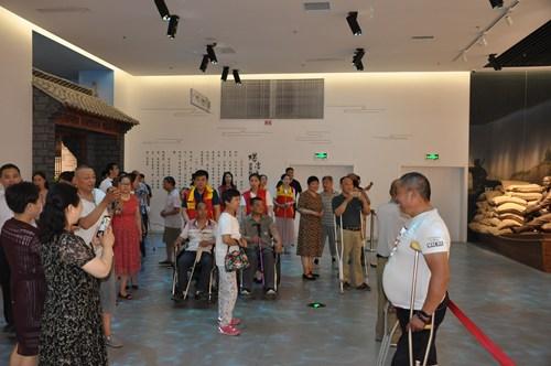 图为残疾朋友参观《螺湾渡口-水旱码头》展厅