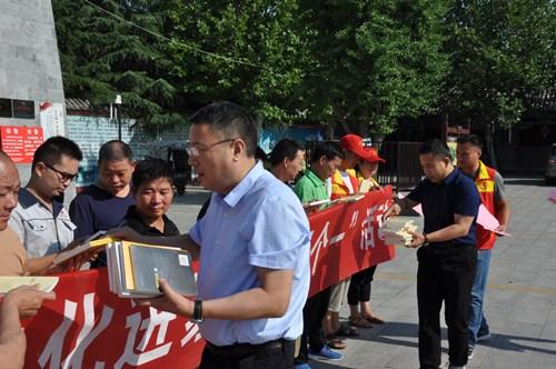 图为残联党员志愿者向残疾人发放书籍