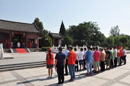图为党员志愿者与残疾人代表在杨再兴纪念园举行祭先贤诵经典祭拜仪式