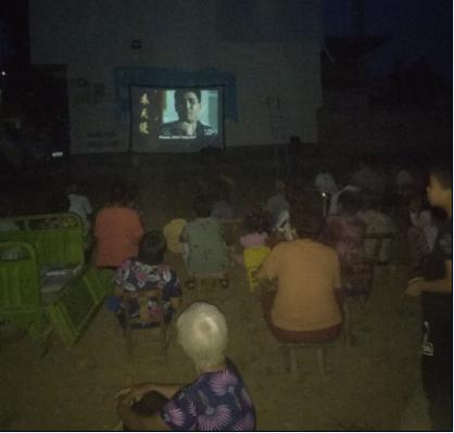 图为残疾人在观看电影《隐形的翅膀》
