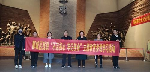 图为参观漯河市烈士陵园纪念馆