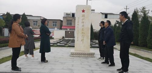 图为在烈士陵园瞻仰赵伊平烈士纪念碑