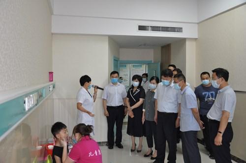 图为观摩组到漯河市六院调研残疾儿童康复工作