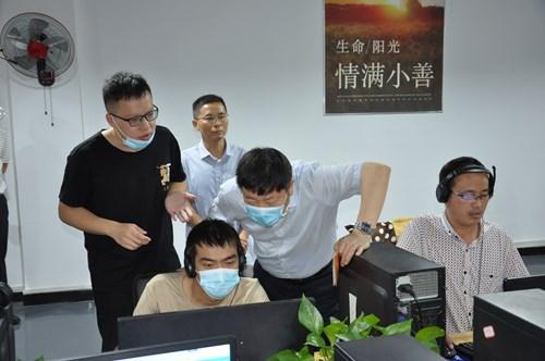 图为观摩组调研漯河市残疾人电商就业创业孵化基地