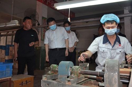 图为观摩组到南街村木艺公司调研残疾人就业工作