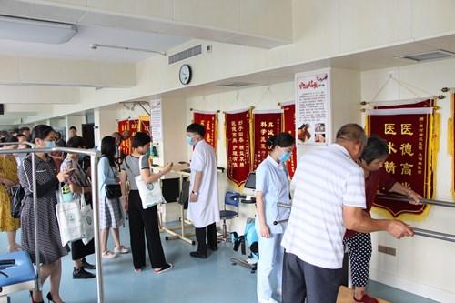 图为体育健身指导员参观诊疗康复中心并进行实践