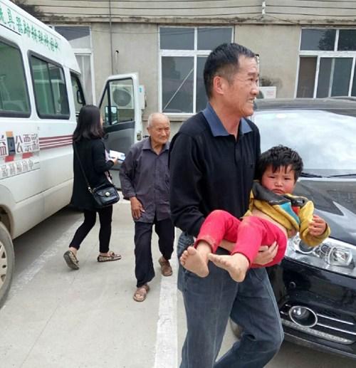 图为:李庆宇送病童去医院