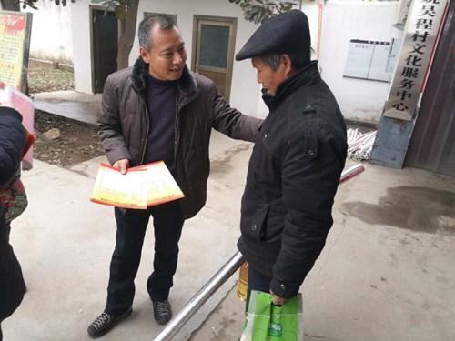 图为:刘冠军看望贫困户