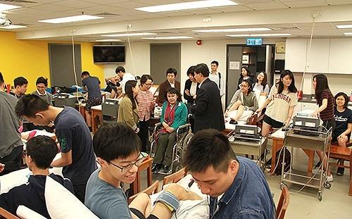 图为张海迪在香港理工大学康复科学系调研