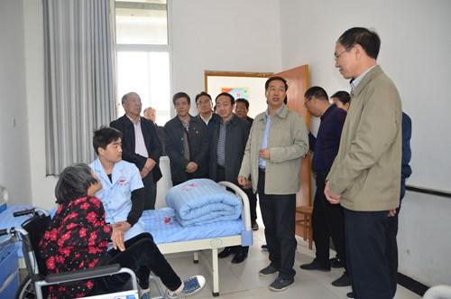 图为:观摩郏县渣园乡重度残疾人集中托养中心