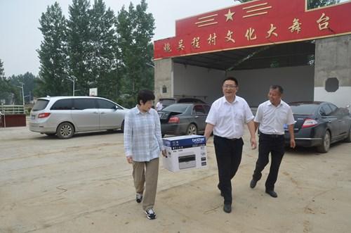 图为:为姚吴程村捐赠一台打印机