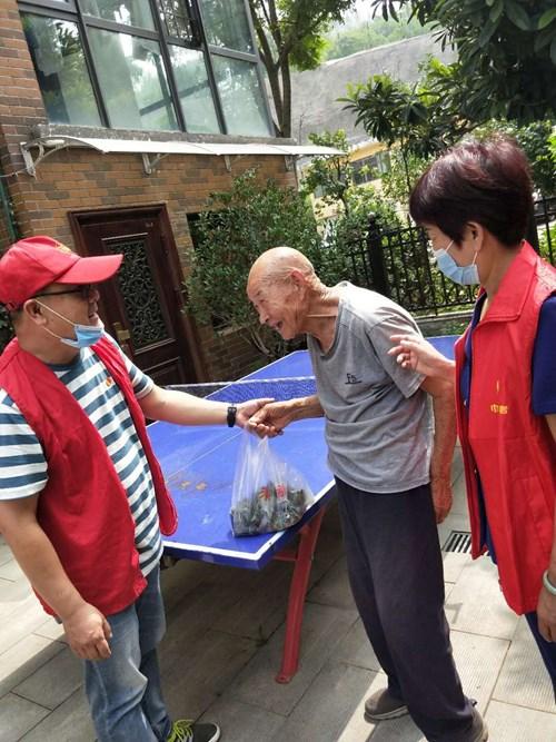 图为:市残联党员干与社区工作者部慰问社区老人