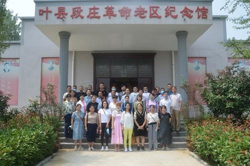 图为:参观叶县段庄革命老区纪念馆