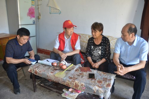 图为:市残联党组书记、理事长郭东晓入户调查