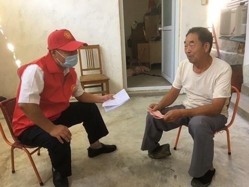 图为:市残联党组成员、副理事长刘冠军入户调查
