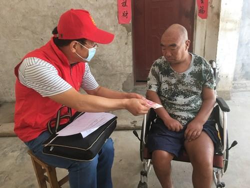 图为:为困难残疾人送慰问金