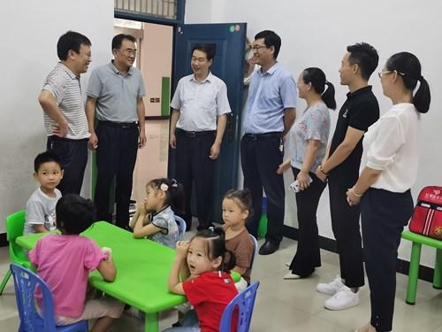 图为:看望特教教师和孩子们