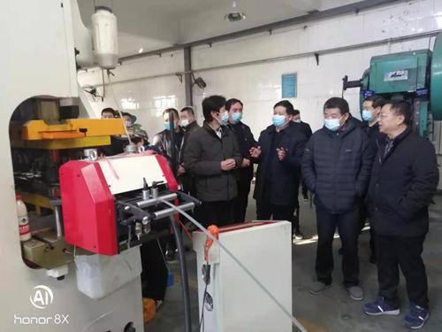 图为视察新华区平煤六矿皮带扣厂残疾人集中就业