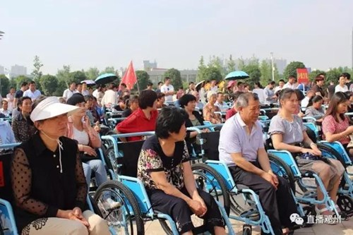 图为捐赠轮椅