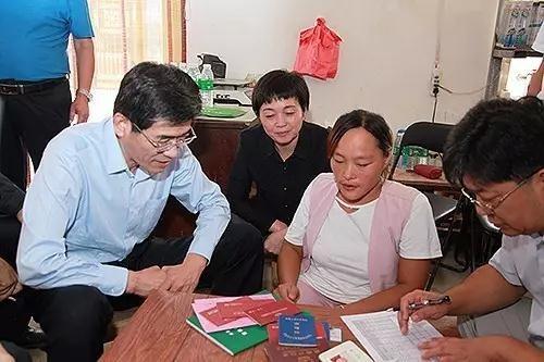 图为中国残联党组书记、理事长鲁勇一行入户调研残疾人脱贫攻坚工作情况