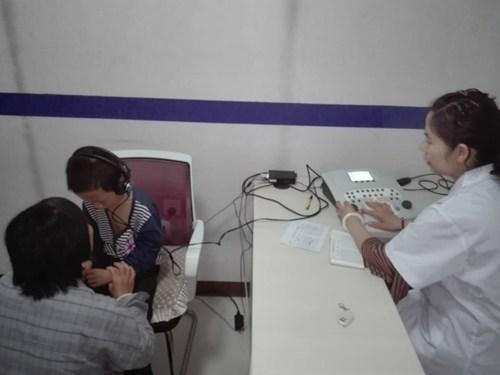 图为为听障儿童免费验配助听器现场