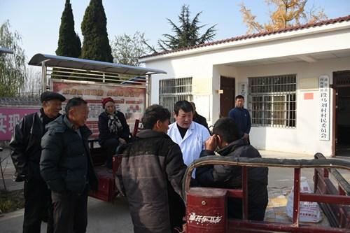 图为残联办证人员深入贫困村为残疾人服务
