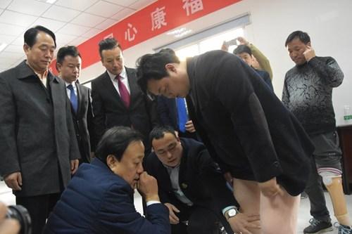 图为九三学社中央主席武维华等领导现场调研残疾人假肢安装情况