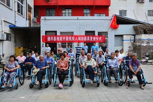 图为残疾人轮椅发放现场