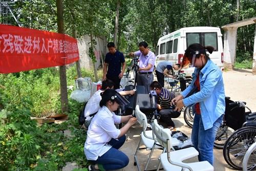 图为残疾人康复工作人员现在装配辅助器具