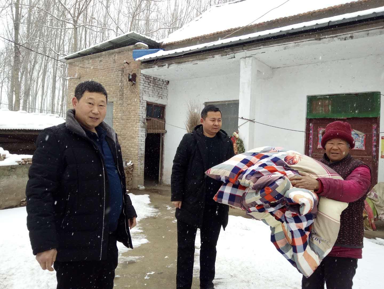风雪无情人间有爱 县残联领导冒着寒风刺骨的大雪 走进贫困村