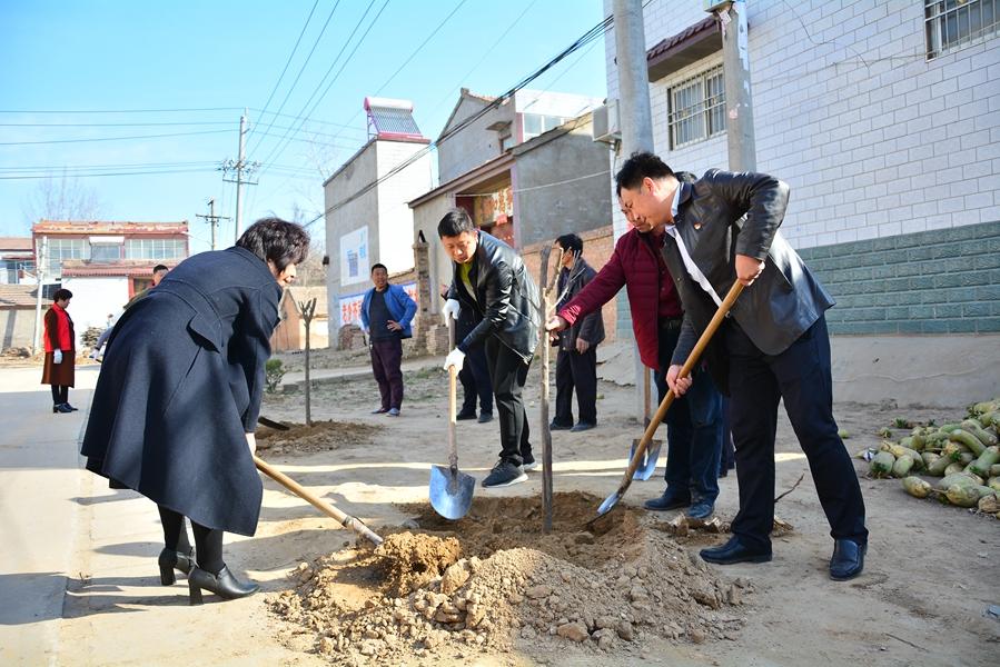通许县残联开展植树活动建设美丽家园 助推脱贫攻坚