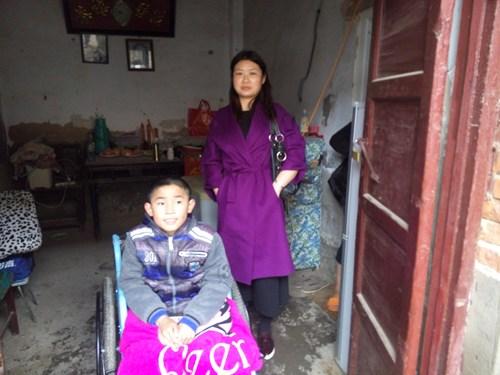 图为顺河区残联对贫困残疾人家庭开展无障碍改造前期评估工作